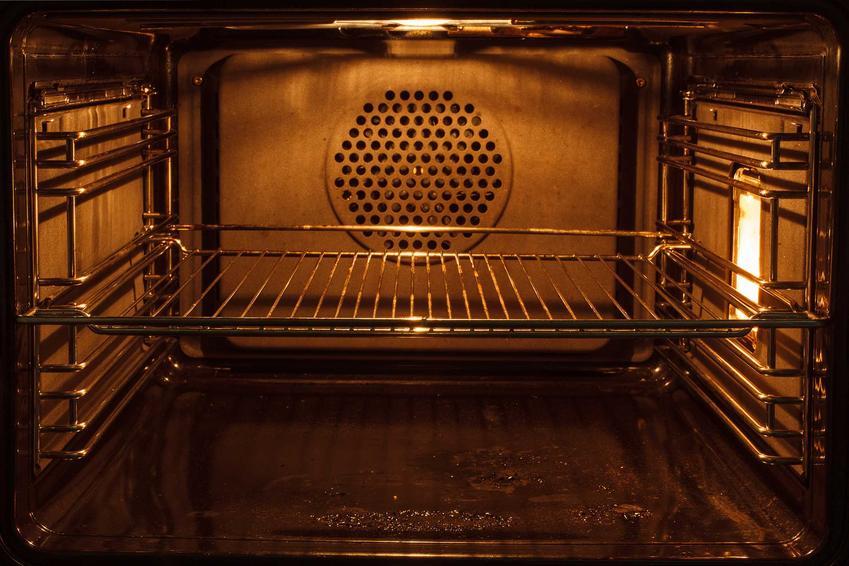Czyszczenie przypalonego piekarnika nie jest trudne. Wystarczy użyć mieszaniny wody, sody oczyszczonej i octu. Dzięki temu piekarnik aż lśni.