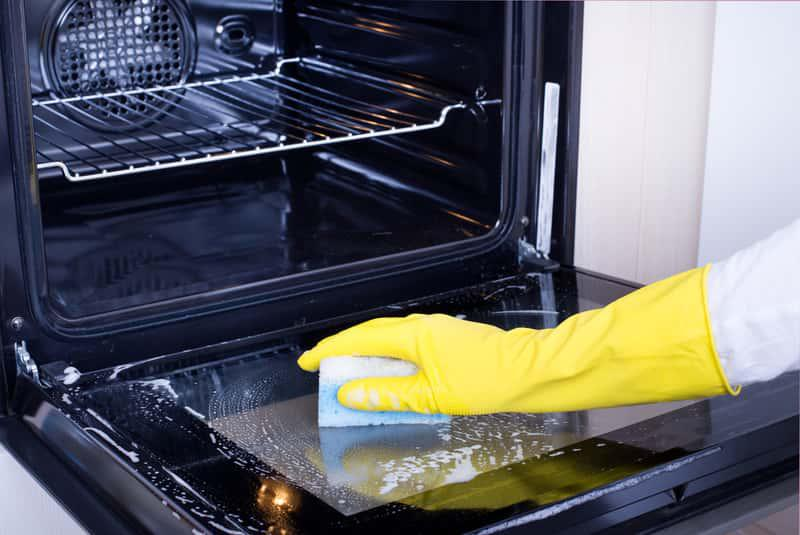 Czyszczenie piekarnika, w którym znajdują się plamy z przypalonego tłuszczu nie jest łatwe. Zarowno profesjonalne, jak i domowe sposoby mogą działać.