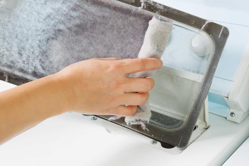 Pralka brudzi ubrania z wielu powodów. Jednym z nich może być brud zbierający się na filtrze, a także zbierający się w pralce grzyb czy brud. Brudne ubrania z pralki oznaczają problemy wewnątrz sprzętu.