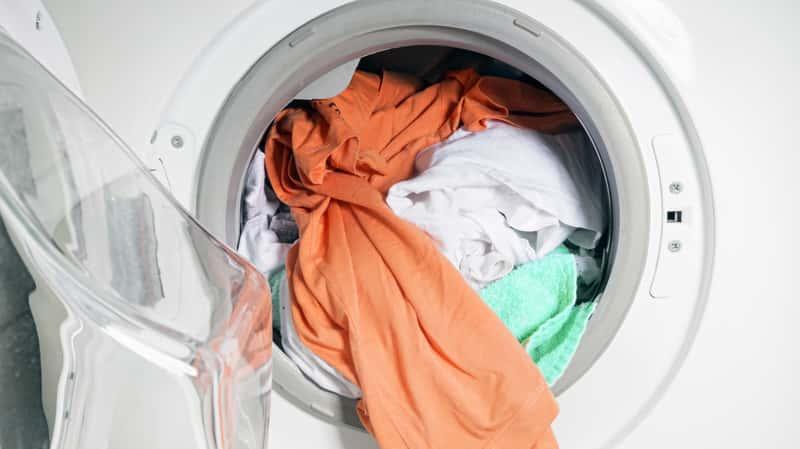 Pralka brudzi ubrania i zostawia na nich zabrudzenia, ponieważ jej elementy wewnętrzne są brudne i w kiepskim stanie