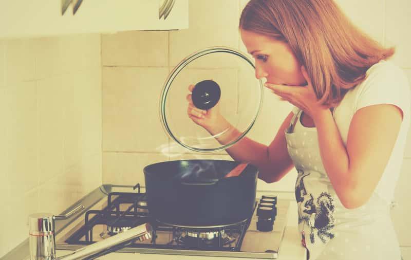 Kobieta zauważa, że garnek jest przypalony, a także jak wyczyścić przypalony garnek, najlepsze środki, domowe sposoby i szybkie metody