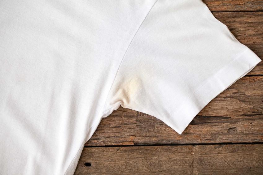 Wywabianie plam z potu z białej bluzki nie jest łatwe - bardzo często zostają nieprzyjemne ślady potu, które są żółe. Można jednak wypróbować domowe sposoby.