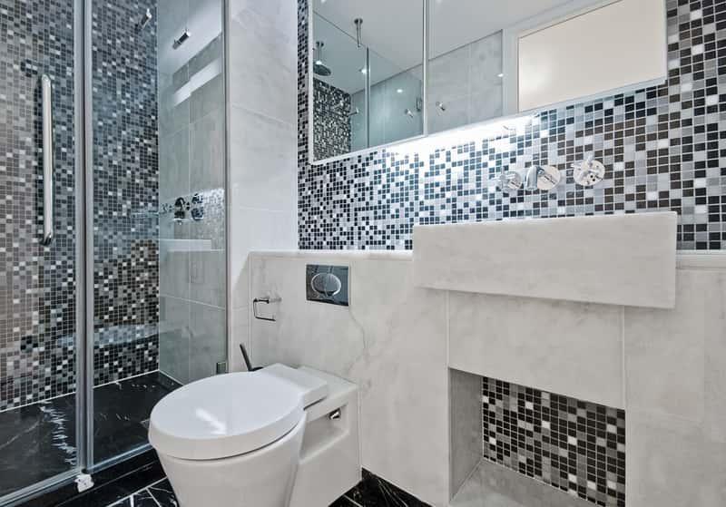 Montaż kabiny prysznicowej czasami pozostawia silikon na kabinie prysznicowej. Można go usunąć domowymi sposobami lub za pomocą detergentów.