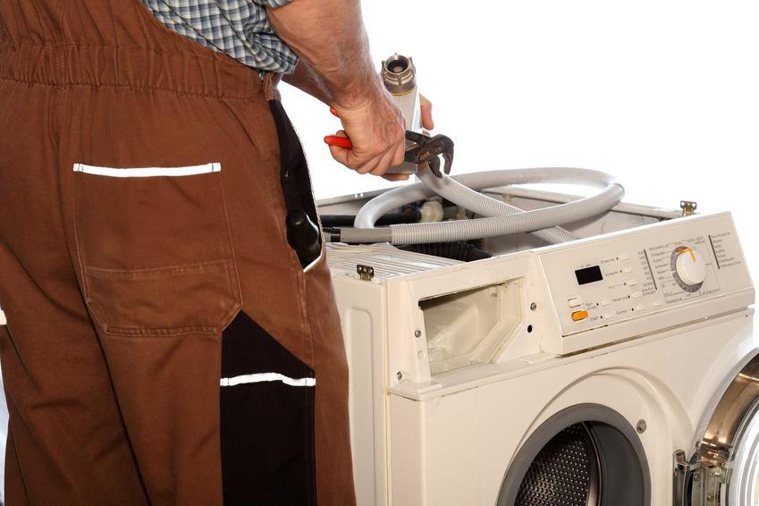 Podłączenie odpływu pralki nie jest trudne i można to zrobić samodzielnie. Można to także zlecić złotej rączce lub osobom, które przytransportują pralkę ze sklepu