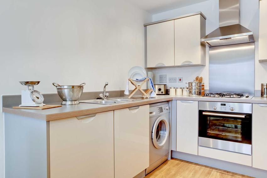 Montaż pralki w innym miejscu niż łazienka jest możliwy, jeśli sprzęt stoi blisko rur odpływowych od zlewu, dzięki czemu odprowadzenie wody będzie możliwe.