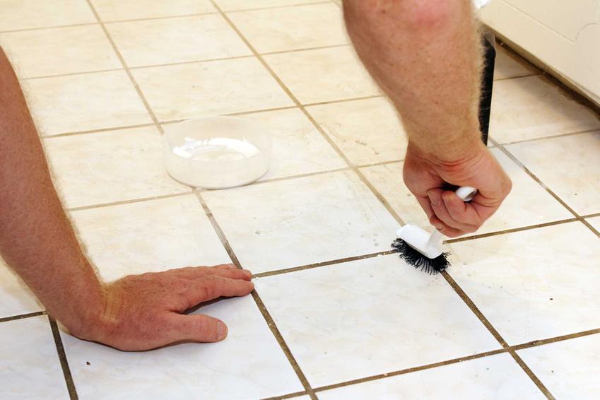 Usuwanie zaschniętej fugi z płytek zazwyczaj jest dość czasochłonne, ale z pomocą odpowiednich środków i przy zastosowaniu różnych kroków jest to bezproblemowe.