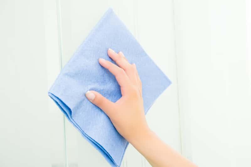 Po płytkowaniu na płytkach ceramicznych często zostają ślady po fudze. Należy je usunąć ostrą szczoteczką i detergentem.