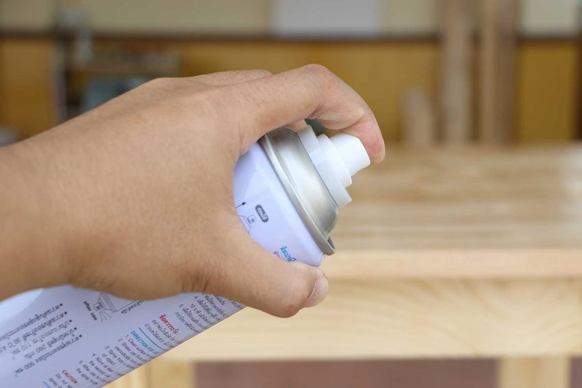 Usuwanie farby olejnej bywa trudne. Nie trzeba robić tego mechanicznie, można zastosować specjalistyczne środki rozpuszczalne.