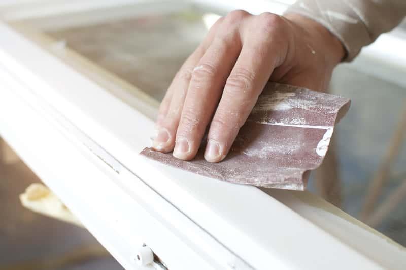 Usuwanie farby olejnej krok po kroku z zastosowaniem odpowiednich rozpuszczalników i innych sposobów w domu.