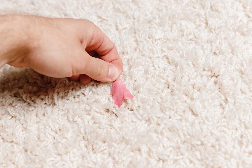 Jak usunąć gumę do żucia z ubrania - najlepsze domowe sposoby