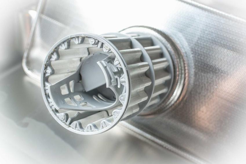 Czyszczenie filtra w pralce można zrobić samodzielnie. Najpierw należy wyciągnąć filtr, a następnie usunąć wszystkie zanieczyszczenia.