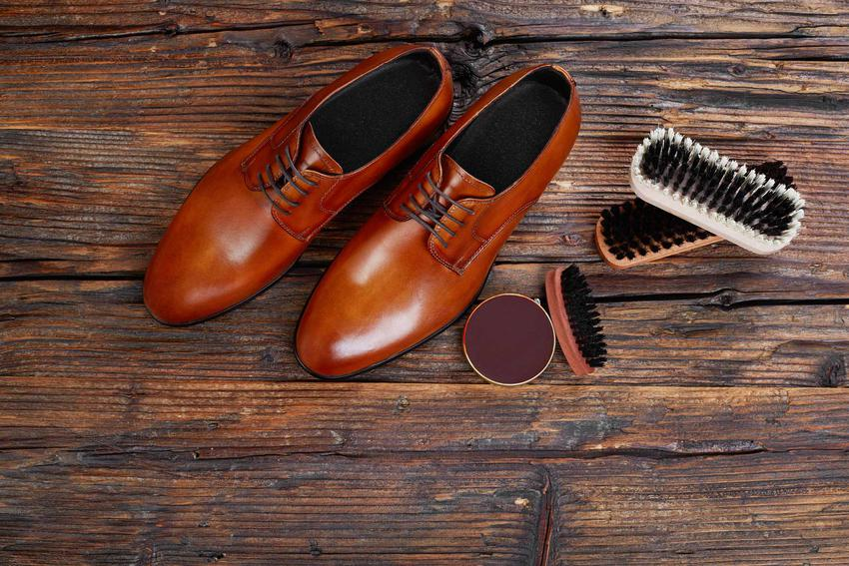 Czyszczenie skórzanych butów z wilgoci, błota czy z soli może być bardzo skuteczne, zwłaszcza, jeśli wykorzystasz domowe sposoby