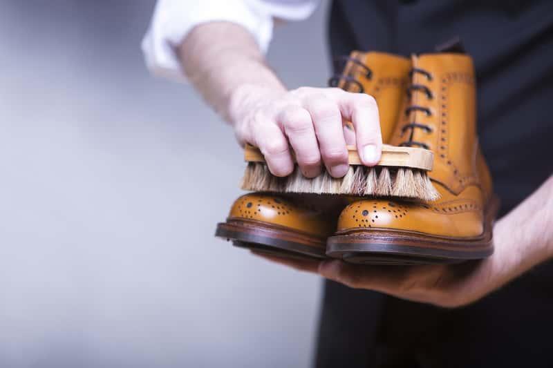 Czyszczenie skórzanych butów za pomocą pasty do butów, a także informacje o odświeżaniu i oczyszczaniu skórzanych butów