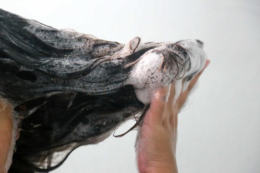 Codzienne mycie włosów nie jest zbyt dobrym pomysłem. Należy uważać, by jednak nie robić tego za często, ani za rzadko.