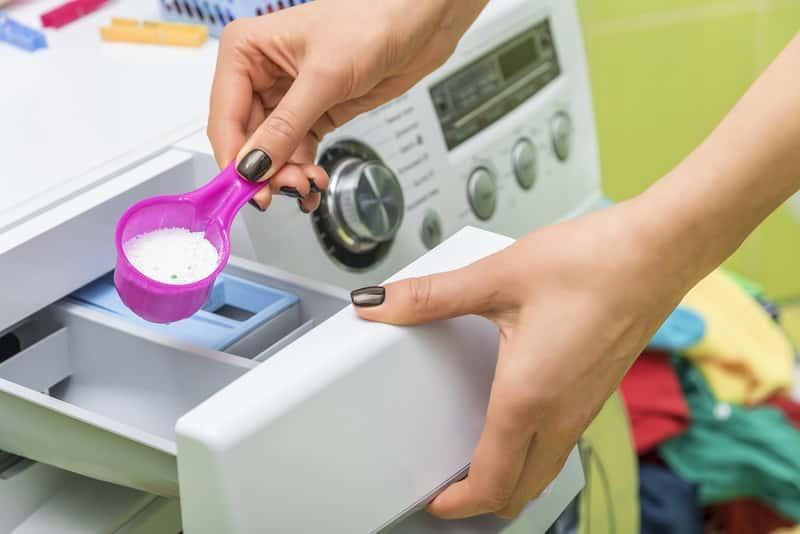 Wsypywanie proszku do pralki za pomocą miarki to najlepszy sposób na odmierzenie proszku. Ile proszku do prania wsypać?