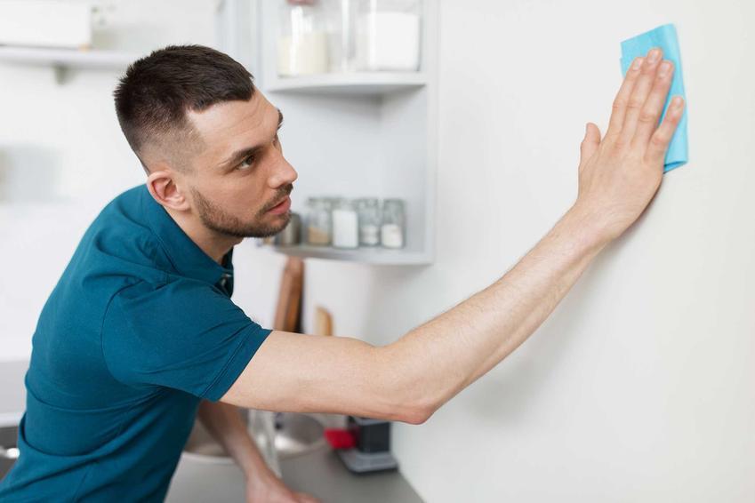 Usuwanie tłustych plam ze ściany jest trudne. Jednak uciążliwe zabrudzenia z tłuszczu można usunąć domowymi sposobami