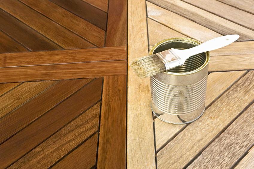 Konserwacja drewna to nie jest nic trudnego. Można to zrobić za pomocą specjalnego oleju lub lakieru. Ważne, by konserwować drewniane elementy znajdujące się na zewnątrz