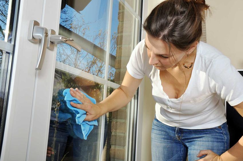 Kobieta podczas mycia okien w domu, a także jak umyć dobrze okna, poranik i zasady dotyczące mycia okien