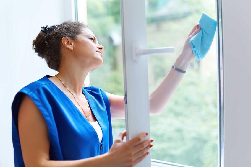 Kobieta podczas mycia okien, a także mycie okien w domu krok po kroku, porady, najważniejsze informacje