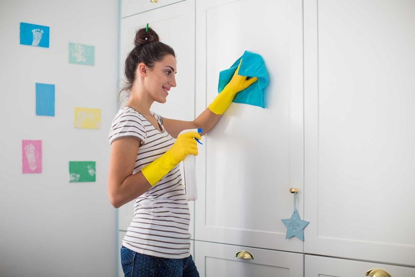 Porady, jak odkleić naklejki na meblach - usuwanie naklejek z mebli krok po kroku za pomocą domowych sposobów