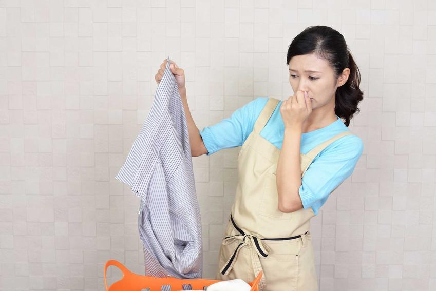 Porady, jak usunąć zapach stęchlizny na ubraniach a także wskazówki, jak prać i co stosować, by pozbyć się zapachu stęchlizny