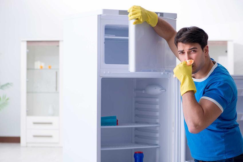 Mężczyzna zatykający nos przy lodówce, czyli nieprzyjemny zapach w lodówce i najlepsze pochłaniacze zapachów do lodówki
