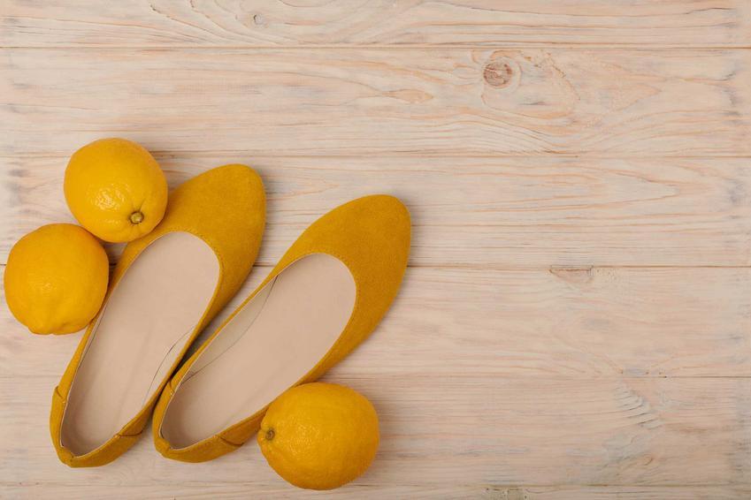 Cytryna przy butach, czyli smród z butów i jego usuwanie domowymi sposobami, na przykład za pomocą cytryny