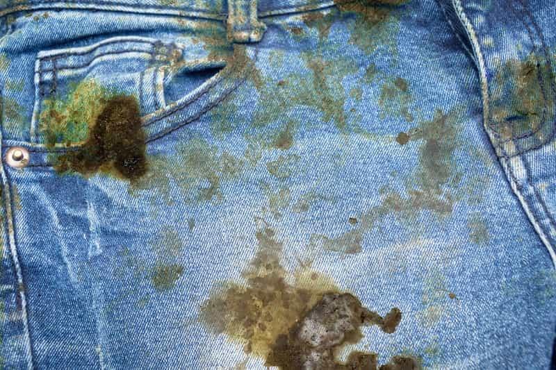 Jak usunąć rdzę z ubrań domowymi sposobami? Nie jest to takie trudne, jednakże konieczne jest wypranie ubrań z detergentem.