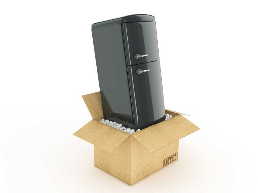 Zapakowana lodówka gotowa do transportu pionowo lub na płasko oraz odpowiedź na pytanie, jak przewozić lodówkę