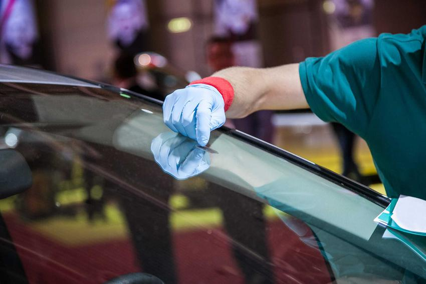 Jak odkleić naklejkę rejestracyjną z szyby samochodu, czyli skuteczne sposoby na odklejenie naklejki z szyby krok po kroku