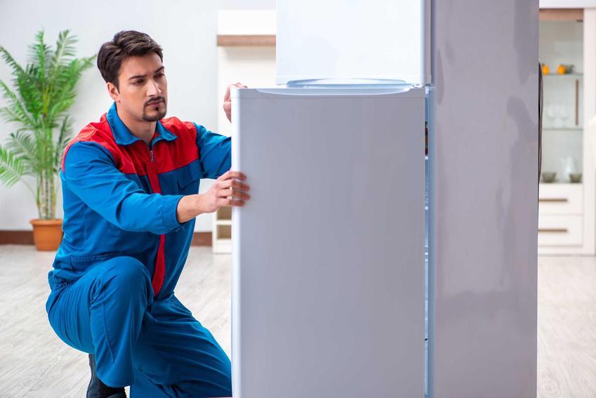 Otwieranie i przekładanie drzwi w lodówce, stanowiące odpowiedź na pytanie, jak przełożyć drzwi w lodówce po zakupie, kiedy nam nie odpowiadają