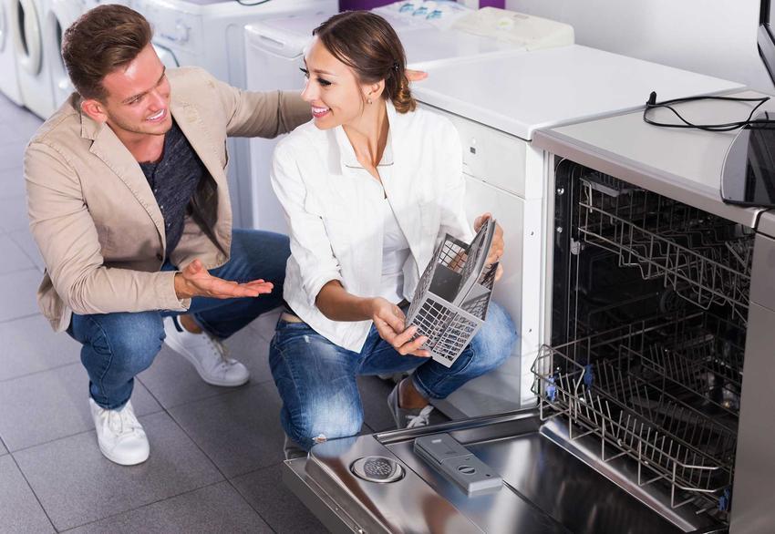 Młoda para w sklepie AGD podczas wyboru i zakupu zmywarki Bosch oraz opinie i ceny najlepszych modeli Bosch