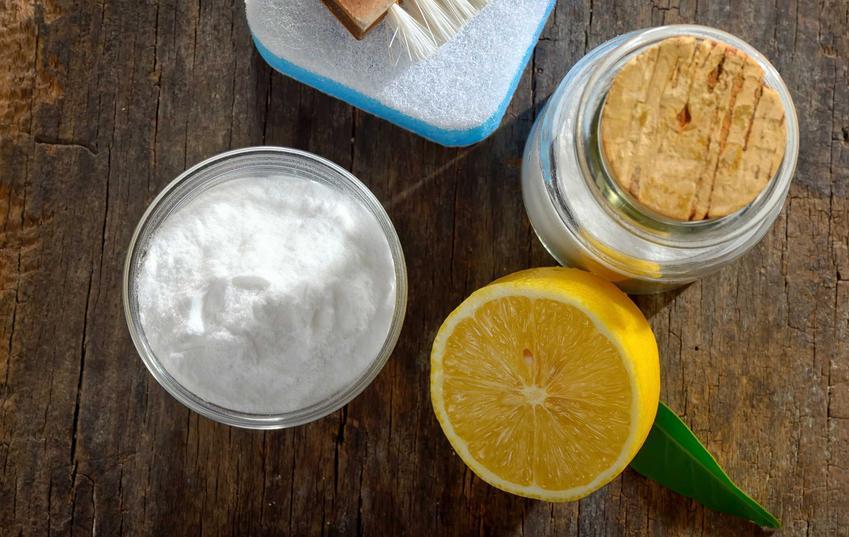 Domowe sposoby na mycie armatury łazienkowej i zlewozmywaka są bardzo skuteczne. Wykorzystuje się do nich cytrynę, sodę oczyszczoną i ocet.