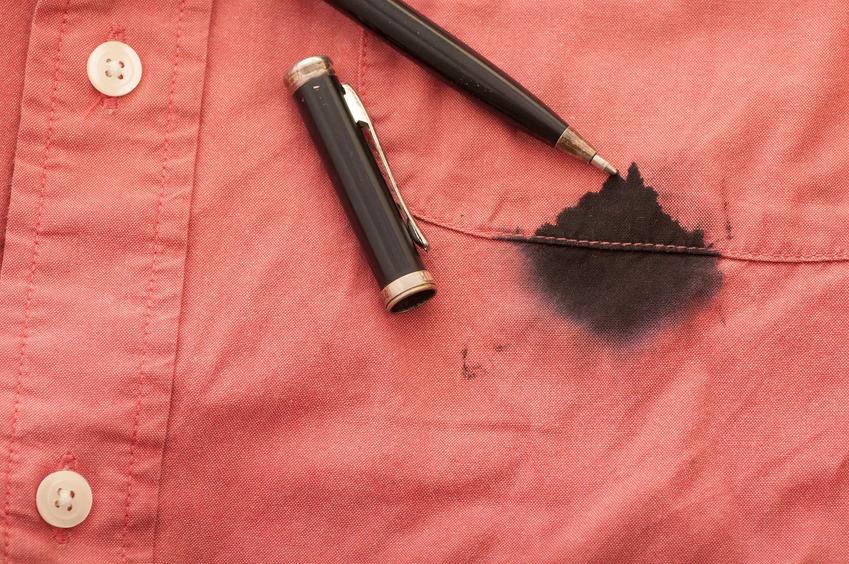 Plamy z długopisu są bardzo trudne do wywabienia, mogą być rozległe i często potrzebują zastosowania silnych wybielaczy i środków odplamiających