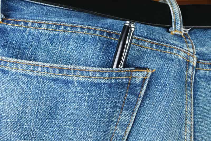 Długopis w tylnej kieszeni spodni może spowodować wyraźne, widoczne plamy z długopisu, które można usunąć domowymi sposobami.