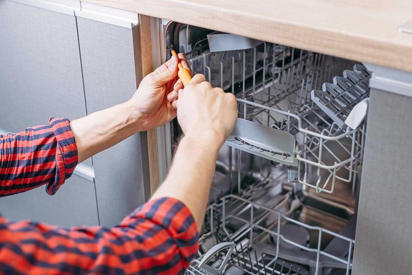 Naprawa zmywarek domowymi sposobami przed wykonaniem telefonu po profesjonalny serwis zmywarek, czyli awarie, które można naprawić samodzielnie