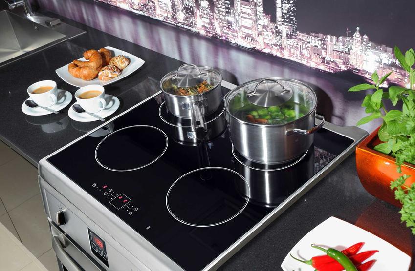 Wolnostojąca kuchenka elektryczna z piekarnikiem oraz płytą indukcyjną oraz polecane modele kuchenek do typowej kuchni