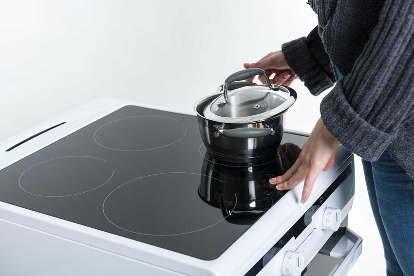 Wolnostojąca kuchenka indukcyjna z piekarnikiem oraz płytą indukcyjną oraz modele kuchenek wolnostojących warte zakupu