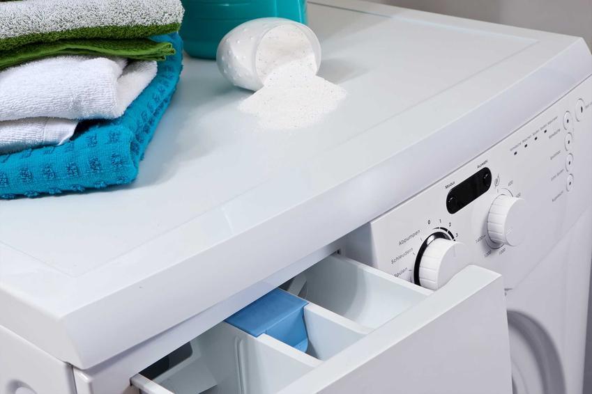 Czyszczenie pralki domowymi sposobami, czyli sodą i octem, nie może ominąć uszczelek. To właśnie pod nimi gnieżdżą się bakterie.