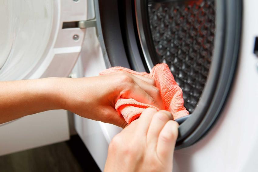 Jak wyczyścić pralkę, by nie wydzielała zapachu? Warto użyć sody oczyszczonej, która ma działanie bakteriobójcze i odkażające.