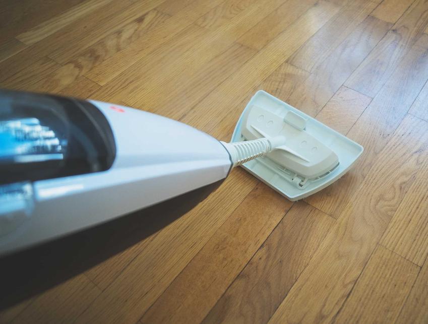 Mop parowy do paneli podłogowych podczas użycia oraz jego polecane modele w sprzedaży i opinie na temat produktów