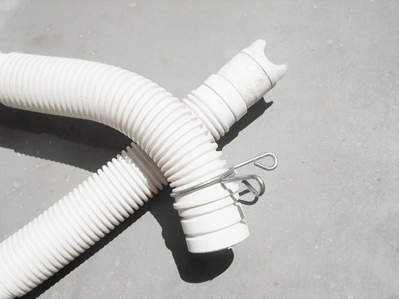 Pralka nie pobiera wody lub proszku do prania - to bardzo poważny problem, który trzeba natychmiast naprawić. Należy sprawdzić przewód doprowadzający wodę do pralki.