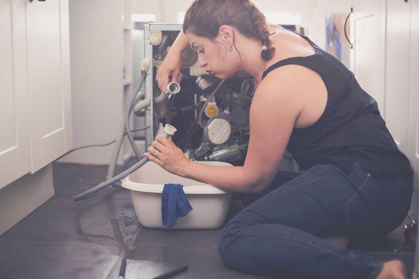Niektóre problemy z pralką można naprawić samodzielnie, ale inne wymagają zatrudnienia specjalisty. Wszystko zależy od tego, dlaczego pralka nie pobiera płynu lub proszku.