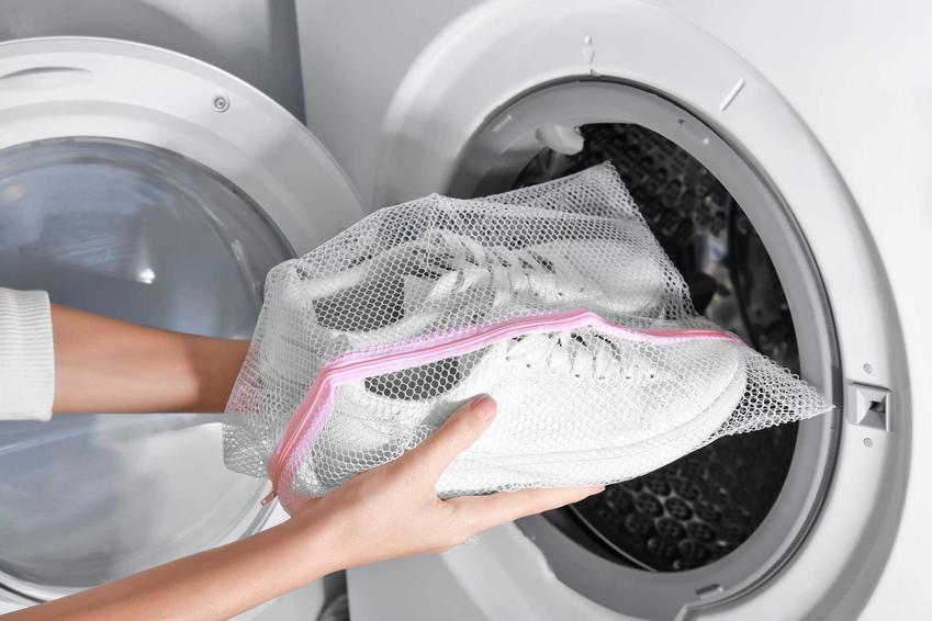 Białe buty sportowe podczas wkładania do pralki. Porady, czym wyczyścić białe buty, a także pranie i usuwanie zabrudzeń z białych butów