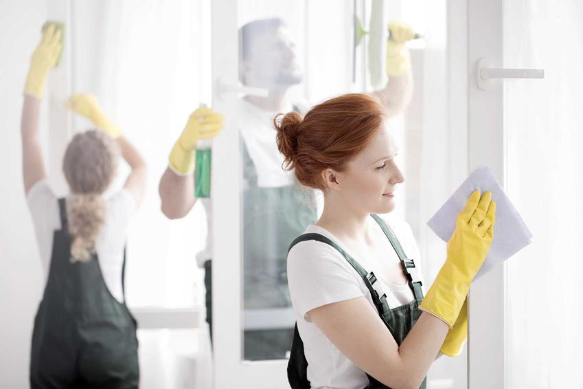 Ekipa sprzątająca podczas mycia okien oraz informacje, ile kosztuje mycie okien w Polsce w różnych miastach i regionach