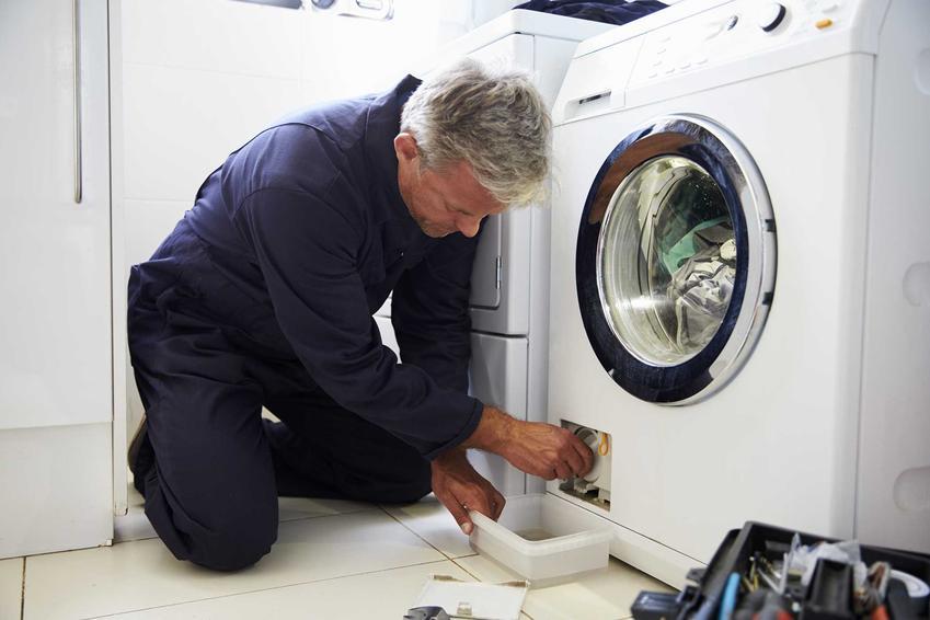 Kiedy pralka nie pobiera wody konieczna jest wizyta fachowca. Przyczyną mogą być zawory lub zatkane filtry w pralce.
