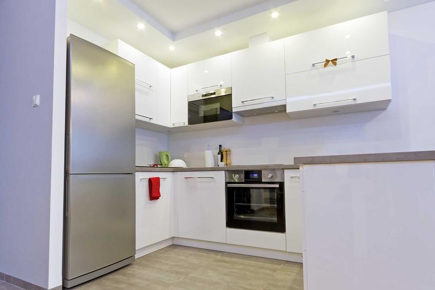 Lodówka Sharp w pięknie zaaranżowanej kuchni oraz polecane modele, w tym lodówka side by side, a także opinie o innych modelach lodówek