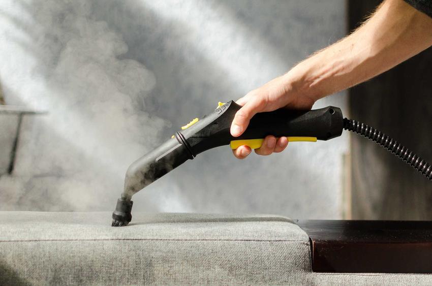 Myjka parowa Karcher podczas czyszczenia tapicerki sofy oraz polecane modele maszyny parowej Karcher