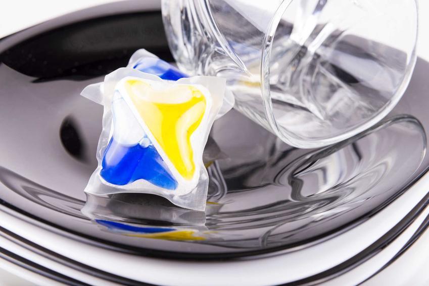 Kapsułka umieszczona w zmywarce oraz polecane kapsułki do zmywarki, a także opinie o producentach i ceny