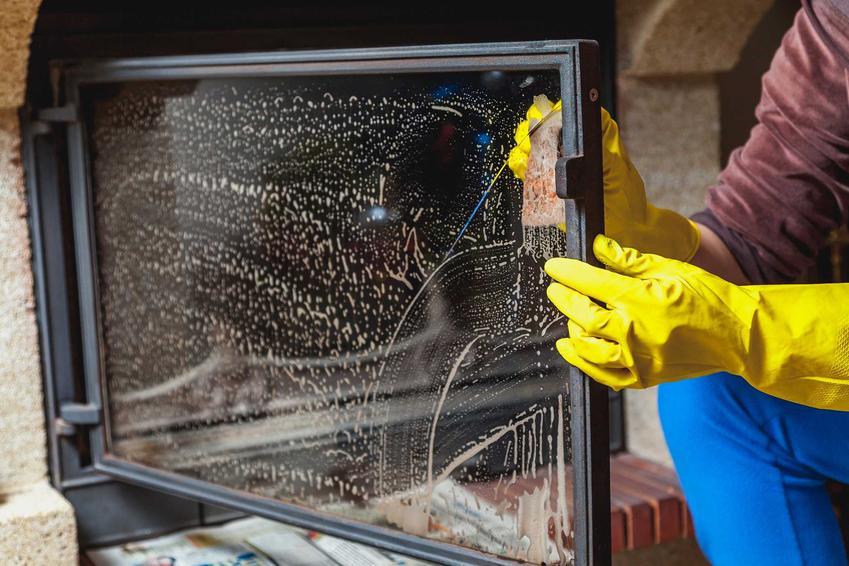 Czyszczenie szyby kominkowej można zrobić domowymi sposobami albo przy użyciu specjalistycznych preparatów do sadzy i dymu.